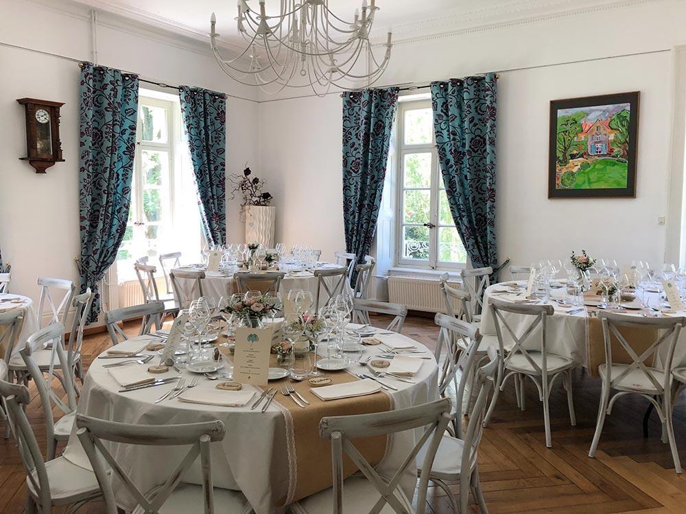 Lieu de réception en Bourgogne-Franche-Comté - Tables dressées pour un mariage